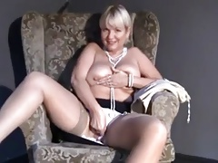 Mature Mom upskirt,..